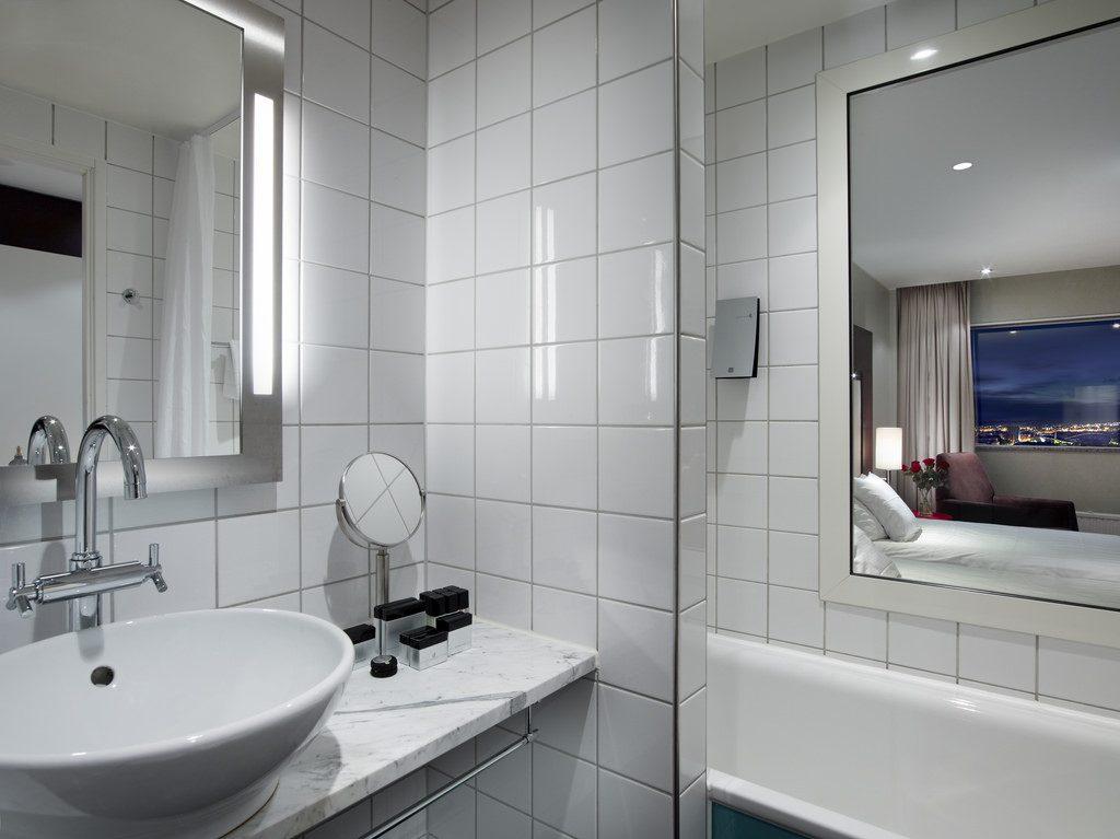 odpowiednie oświetlenie przy lustrze łazienkowym