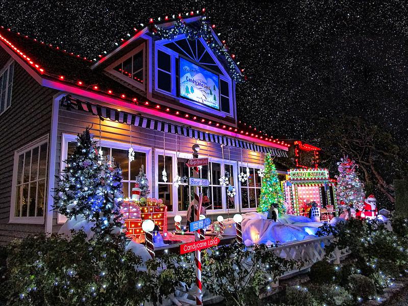 Świąteczne oświetlenie domu z zewnątrz