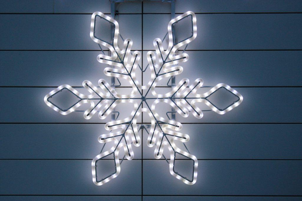 Świąteczne zewnętrzne dekoracje świetlne